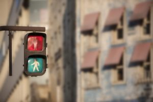 横断歩道を渡るときに手をつなぐ