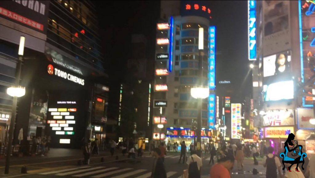 ホテルに直行しやすい、新宿・歌舞伎町のゴジラ前に女の子と集合